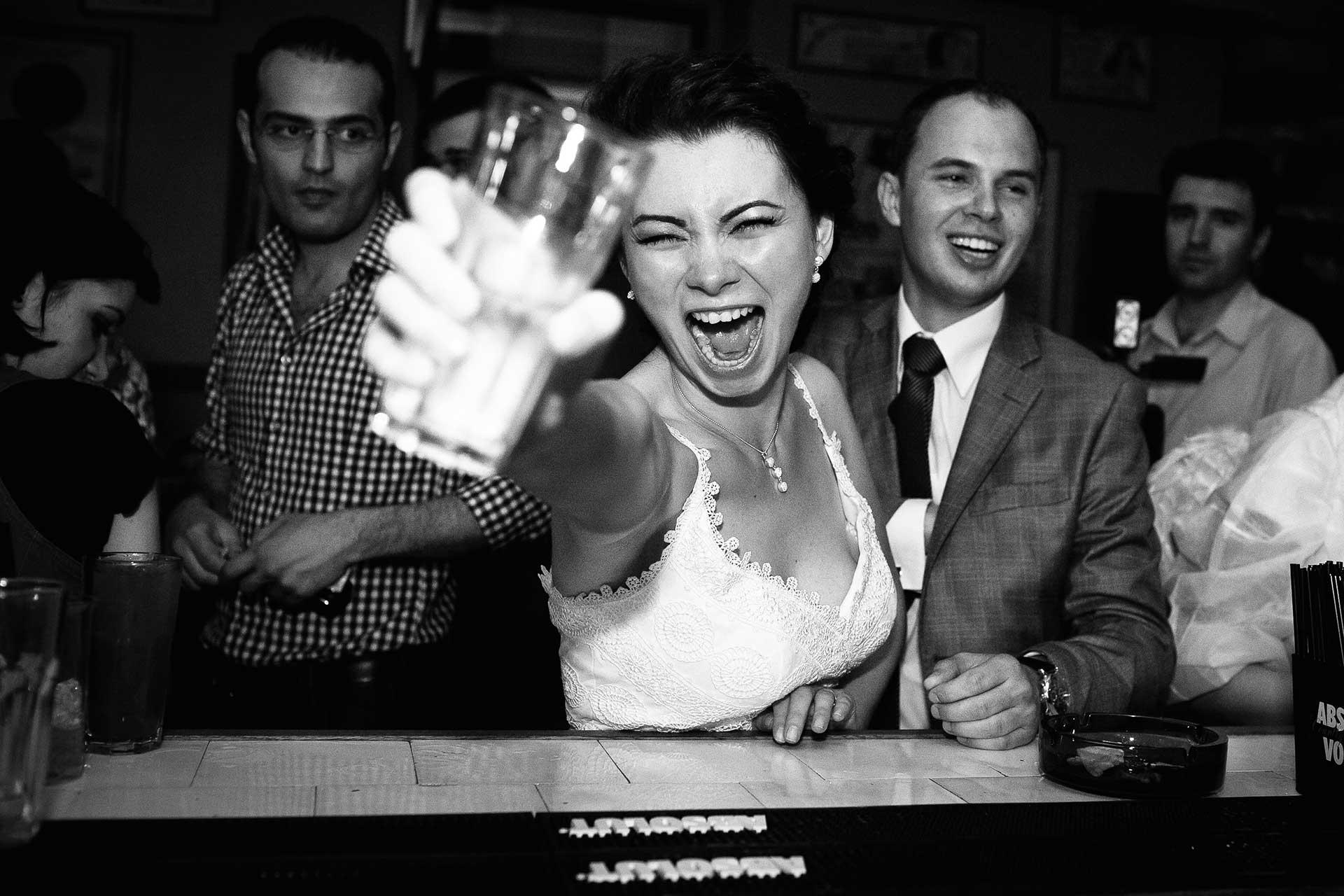 Mireasa la petrecere fotografii artistice de nunți Bucuresti